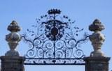 Schlosstor vor französischem Wasserschloss 2009