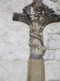 Am Kreuz wachsen Rosen und Blumen