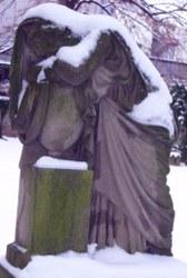 trauernde Figur aud dem Hoppenlaufriedhof in Stuttgart