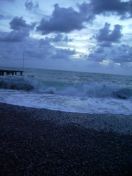 Meeresufer mit Wellen