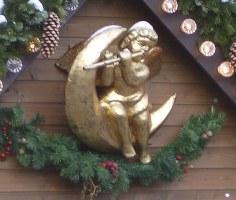 Vergoldeter Engel an einem Verkaufsstand