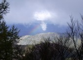Felsen in Frankreich mit Wolke + Regenbogen