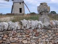 Mauer mit Mühle in Frankreich